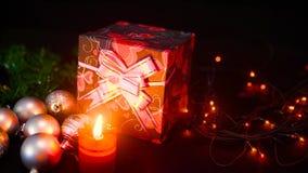 Lengte van giftdozen, kaars het branden en lamp het fonkelen Kerstmisdag stock videobeelden