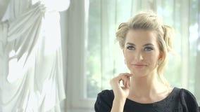 Lengte van het aantrekkelijke blondevrouw wachten bij de restaurantlijst op haar datum stock footage