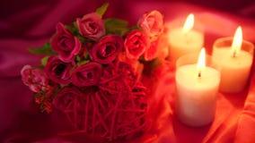 Lengte van het dateren romantisch met van de bloemboeket en kaars het branden De dag van de valentijnskaart stock videobeelden