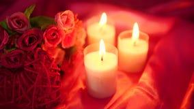 Lengte van het dateren romantisch met van de bloemboeket en kaars het branden De dag van de valentijnskaart stock video