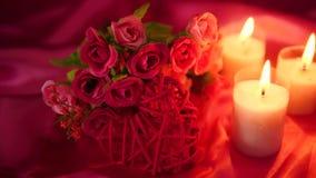Lengte van het dateren romantisch met van de bloemboeket en kaars het branden De dag van de valentijnskaart stock footage