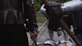 Lengte van het middeleeuwse slagveld met dode militairen in pantser stock videobeelden