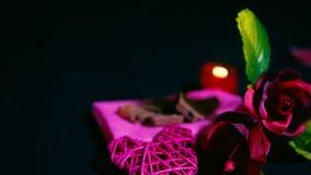 Lengte van het roze, kaars branden, chocolade en decoratie Valentine stock video