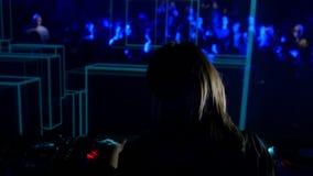 Lengte van het vrouwelijke krassen van DJ op de schijf stock videobeelden