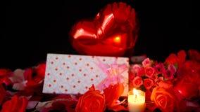 Lengte van impuls, giftdozen, bloem en kaars het branden Valentine-decoratie stock video