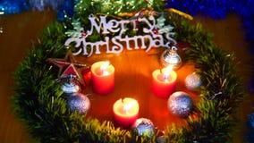 Lengte van kaars het branden, ballen en sterkerstmis Vrolijke Kerstmis stock video