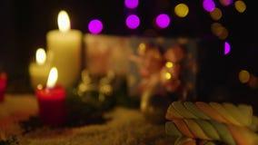 Lengte van Kerstmisdecoratie met kaars het branden en gift stock footage