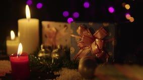 Lengte van Kerstmisdecoratie met kaars het branden en gift stock video
