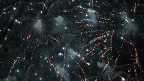 Lengte van kleurrijk vuurwerk bij nacht stock video