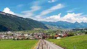 Lengte van mooie weiden en bergen bij Europese Alpen stock videobeelden