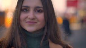 Lengte van zeker heel Kaukasisch wijfje dat zich ontspannen bevindt en recht natuurlijk cameraclose-up bekijkt, stock footage
