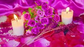 Lengtemotie van roze rozen, kaars het branden en decoratie Valentine stock videobeelden