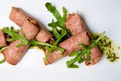 Lengua cocinada con el relleno y salsa en un plato blanco fotos de archivo