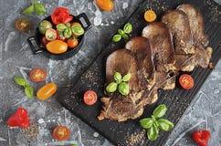 Lengua de carne de vaca asada a la parrilla con las verduras Imagenes de archivo