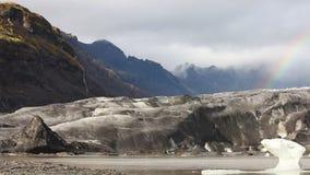Lengua del glaciar del Vatnajokull con el arco iris almacen de metraje de vídeo