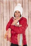 Lengua que se pega modelo femenina de la expresión de la diversión hacia fuera en winterwear Imagenes de archivo
