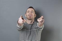 Lenguaje corporal para el hombre de la diversión 40s que señala algo Imágenes de archivo libres de regalías