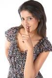 Lenguaje de la señal de mano del uso de la mujer para decirle que guarda Fotos de archivo libres de regalías