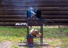 Lenha ardente e preparação para o assado fora no harde foto de stock