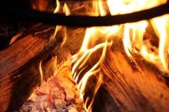 Lenha ardente no fim da chaminé acima Fotos de Stock