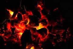 Lenha ardente no fim da chaminé acima Fotos de Stock Royalty Free