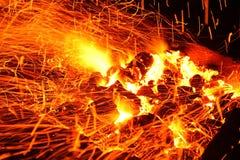 Lenha ardente no fim da chaminé acima Imagens de Stock