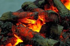 Lenha de madeira ardente, carvões quentes pretos imagem de stock royalty free