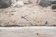 Lenha do carvalho na frente do fundo obscuro com espaço da cópia Preparação para a estação de aquecimento Fotos de Stock