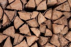 Lenha do vidoeiro Os logs quebrados do vidoeiro do machado estão na desordem foto de stock