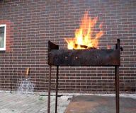 A lenha e o fogo no carvão vegetal oxidado velho grelham imagens de stock