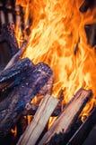 A lenha está queimando-se na grade foto de stock