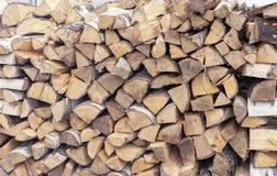 Lenha para uma chaminé empilhada em um woodpile foto de stock