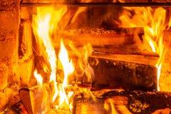 Lenha que queima-se em queimaduras do fogo na chaminé O forno do tijolo dá o calor e o calor dos logs queimados Carvões e chamas  fotografia de stock royalty free