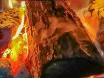 Lenha que queima-se em um fogo que aquece um assado imagens de stock