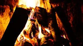 A lenha queima-se na chaminé Imagens de Stock Royalty Free