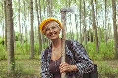 Lenhador fêmea experiente ao visitar uma floresta Imagens de Stock Royalty Free