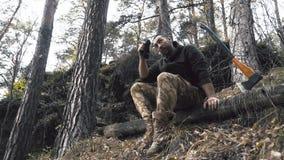 Lenhador que senta-se na floresta Descanso após o trabalho duro filme