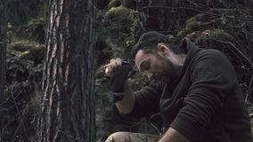Lenhador que senta-se na floresta Descanso após o trabalho duro video estoque