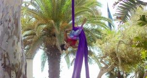Lenige turner die een acrobatische dansroutine doen stock videobeelden