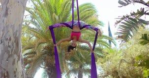 Lenige turner die een acrobatische dansroutine doen stock video