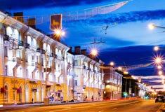Lenin-Allee mit Häusern und Nachtlichtern Gomel, Weißrussland Stockfotos