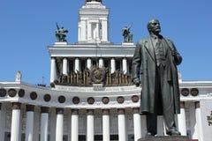 Lenin con el edificio imagenes de archivo