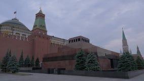 Lenin mauzoleum na placu czerwonym pod ponurym niebem na szarym chmurnym dniu Rosja moscow zdjęcie wideo