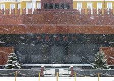 LENIN mauzoleumu NIAR KREMLIN ściana W ŚNIEŻNEJ pogodzie Zdjęcie Stock