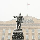 Lenin monument i Orel, Ryssland i snöfall Royaltyfri Bild