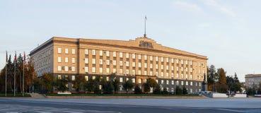 Lenin-Quadrat und das Sowjet-ähnliche Verwaltungsgebäude des Oryol Oblast lizenzfreie stockfotografie