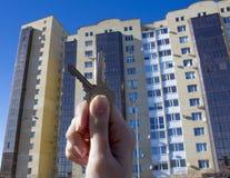 Leningen of Bankkrediet om een nieuw huis te kopen Krijg de sleutels aan huisvesting Makelaardijen en makelaars in onroerend goed stock afbeelding