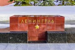 Leningrad--dname der Stadt auf dem Granitblock auf der Gasse von Heldstädten nahe der der Kreml-Wand Moskau, Russland Stockbild