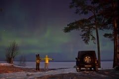 Leningrad region, Ryssland, 16 Februari 2016: foto av jeepwrangleren på kusten av Lake Ladoga under de nordliga ljusen Wrangl Royaltyfri Fotografi
