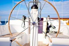 Lenkrad auf einem Boot Stockbilder